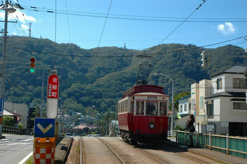 函館市青柳町の路面電車電停から函館山を望む