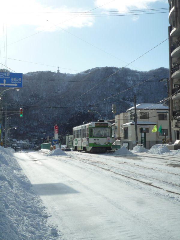 函館市の路面電車も雪が多くて大変。ささら電車が出動です。