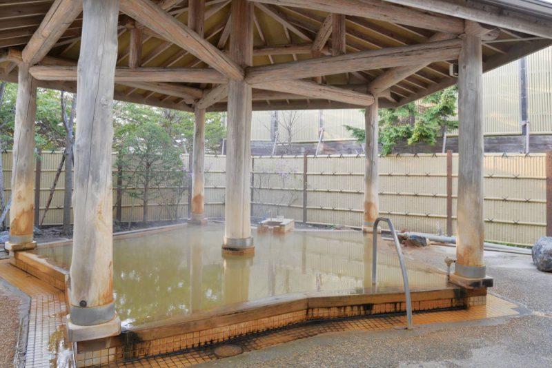 老舗の谷地頭温泉は源泉かけ流し